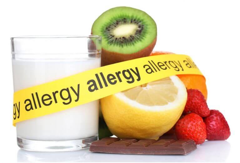 תמונה של פירות מעוררי אלרגיה עם סרט אזהרה