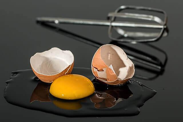 תמונה של ביצים שבורות