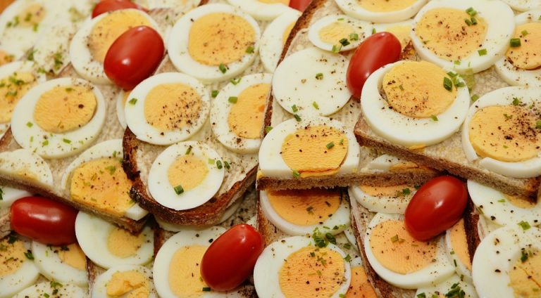 ביצים קשות חתוכות ומונחות אחת ליד השניה